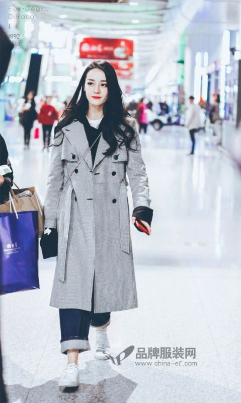 迪丽热巴现身机场 私服穿搭美若仙女下凡